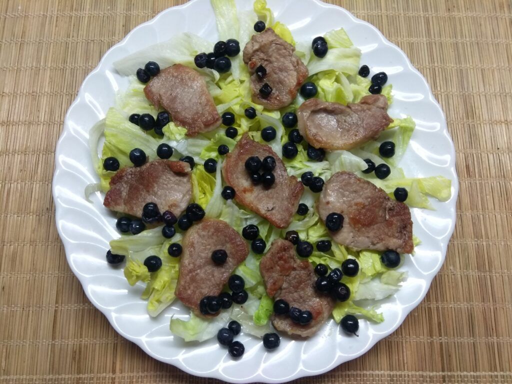 Фото рецепта - Салат с айсбергом, свиной вырезкой и черникой - шаг 3