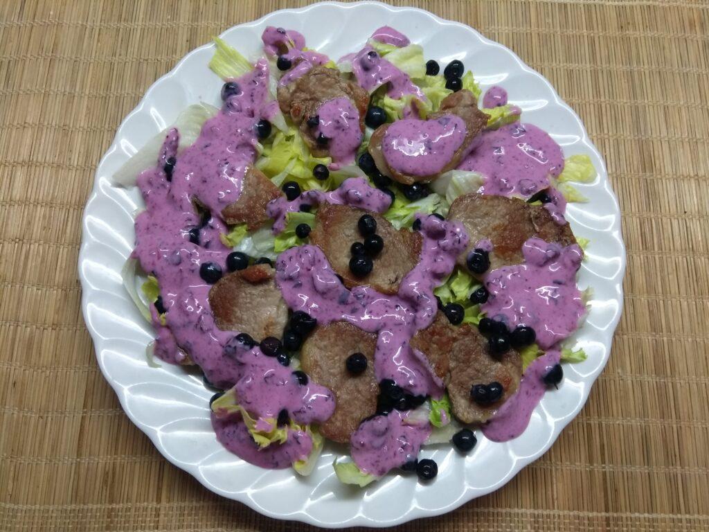 Фото рецепта - Салат с айсбергом, свиной вырезкой и черникой - шаг 5