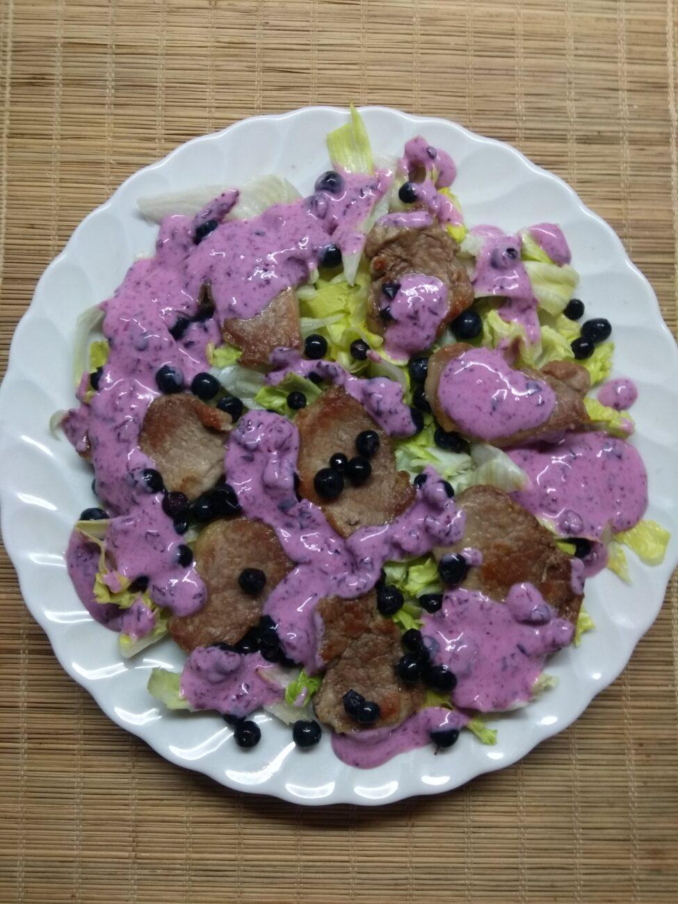 Салат с айсбергом, свиной вырезкой и черникой