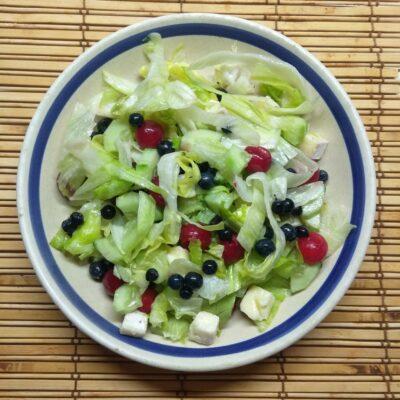 Салат с ягодами, сыром и огурцами - рецепт с фото