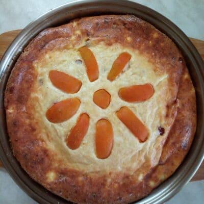 Творожная запеканка с абрикосами и шелковицей - рецепт с фото