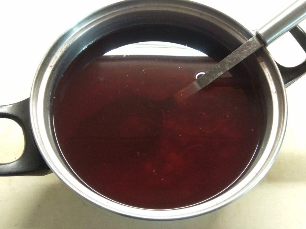 Фото рецепта - Компот из черники, шелковицы и смородины - шаг 4