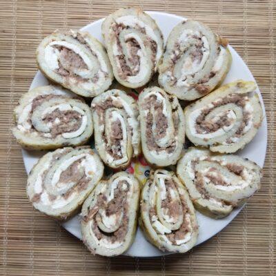 Яичные роллы с плавленым сыром и тунцом - рецепт с фото