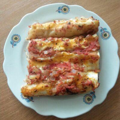 Рулеты из лаваша с мясной начинкой, запеченные под томатным соусом - рецепт с фото