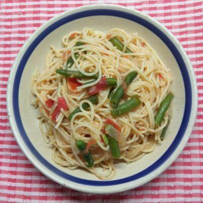 Спагетти со спаржевой фасолью и помидором - рецепт с фото