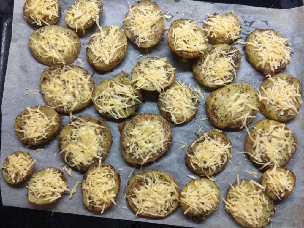 Фото рецепта - Картофель, запеченный в духовке с травами и сыром - шаг 6