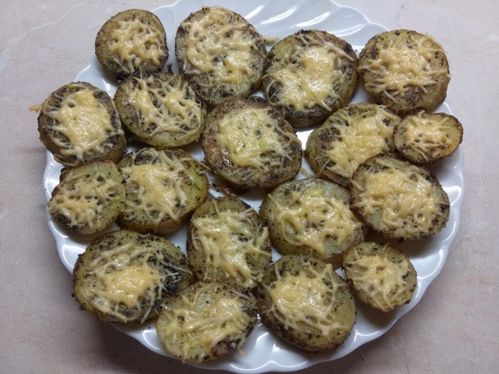 Фото рецепта - Картофель, запеченный в духовке с травами и сыром - шаг 7