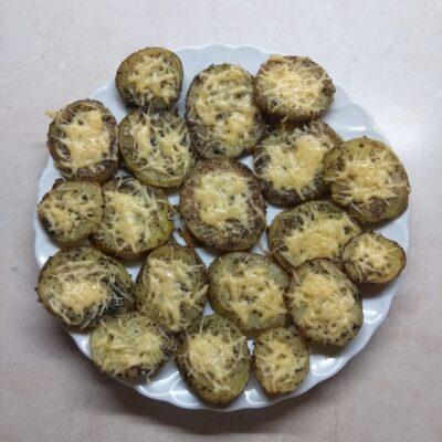 Картофель, запеченный в духовке с травами и сыром - рецепт с фото