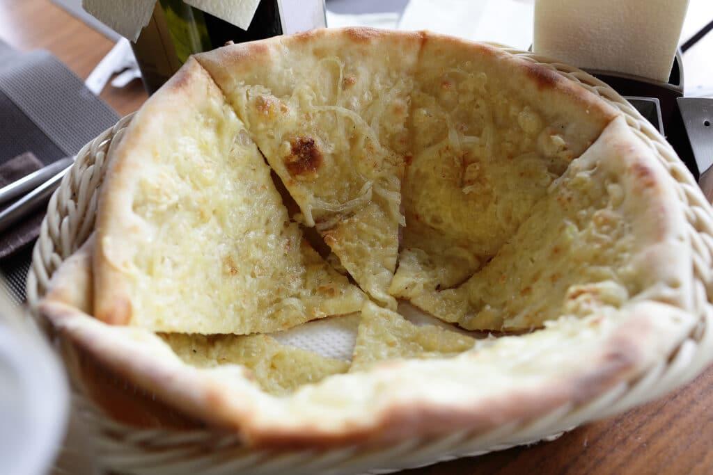 Фото рецепта - Итальянская фокачча с луком и сыром - шаг 9