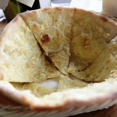 Итальянская фокачча с луком и сыром