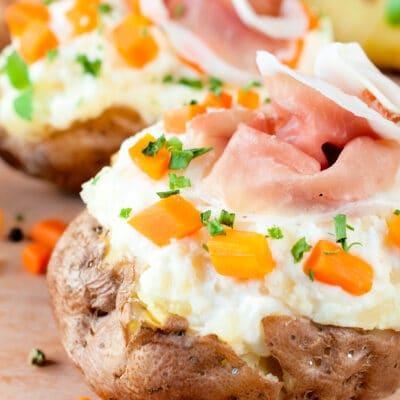 Картофель, фаршированный овощами и сыром
