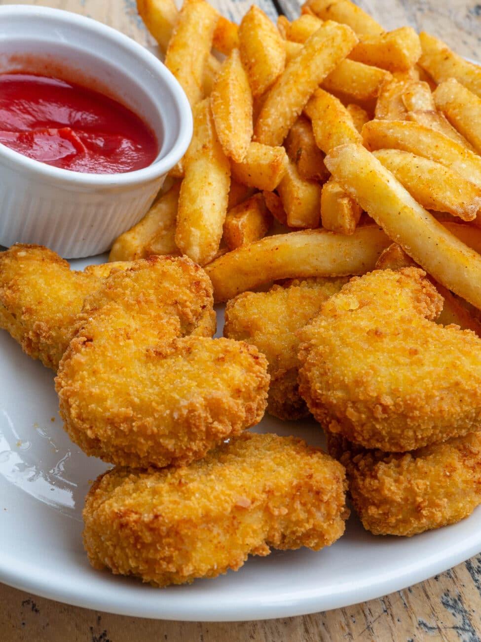 Куриные наггетсы с картофелем фри и томатным соусом