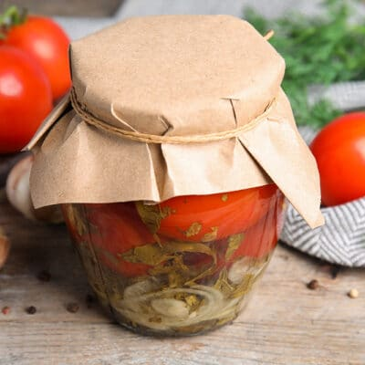 Маринованные помидоры с луком и травами