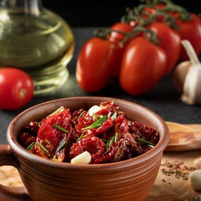 Маринованные вяленные помидоры с чесноком