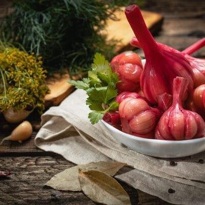 Маринованный чеснок в остром свекольном маринаде - рецепт с фото