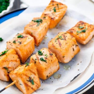 Маринованный шашлык из лосося на сковороде-гриль