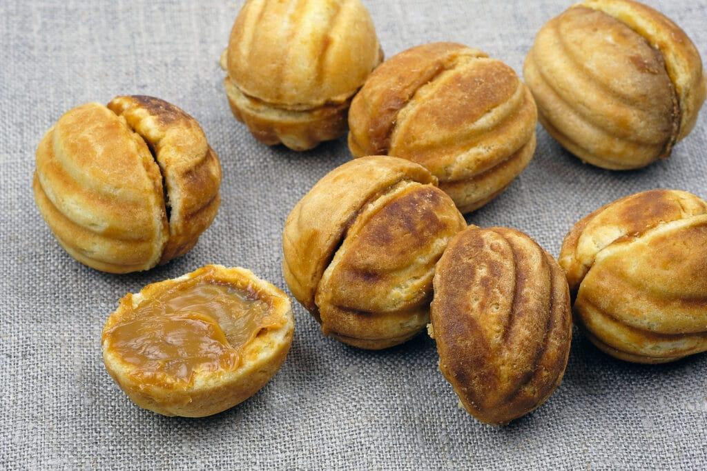 Фото рецепта - Орешки с вареной сгущенкой - шаг 5