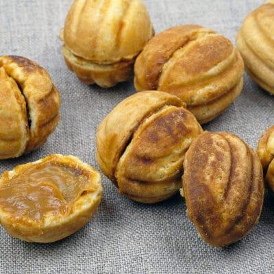 Орешки с вареной сгущенкой - рецепт с фото