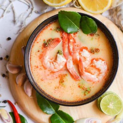 Острый тайский суп с креветками, карри и травами