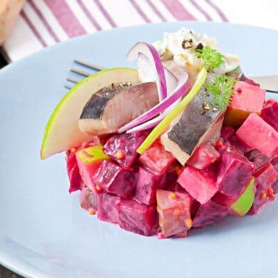 Овощной салат с яблоком и сельдью