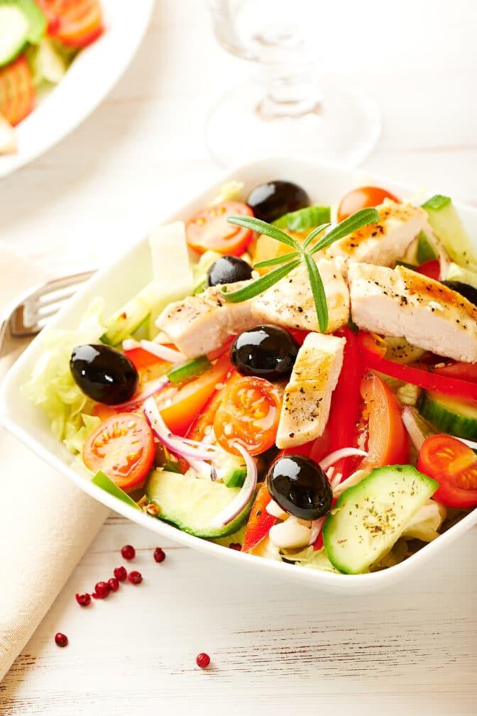 Фото рецепта - Овощной салат с куриной грудкой - шаг 10
