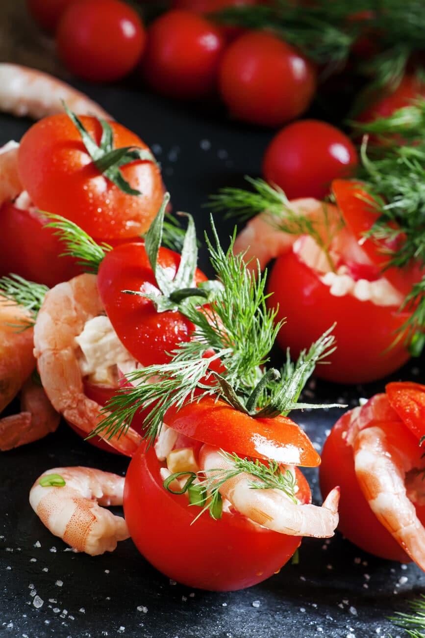 Помидоры, фаршированные салатом и креветками