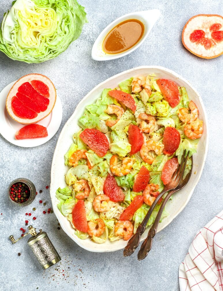 Фото рецепта - Салат с креветками и грейпфрутом - шаг 5
