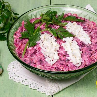 Салат со свёклой и красной рыбой