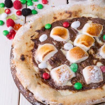 Сладкая шоколадная пицца с маршмеллоу