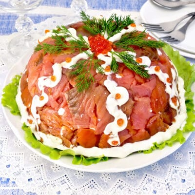 Слоеный салат из крабовых палочек и риса