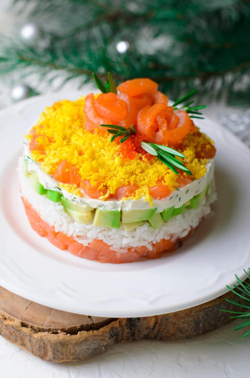Слоеный салат с красной рыбой и рисом