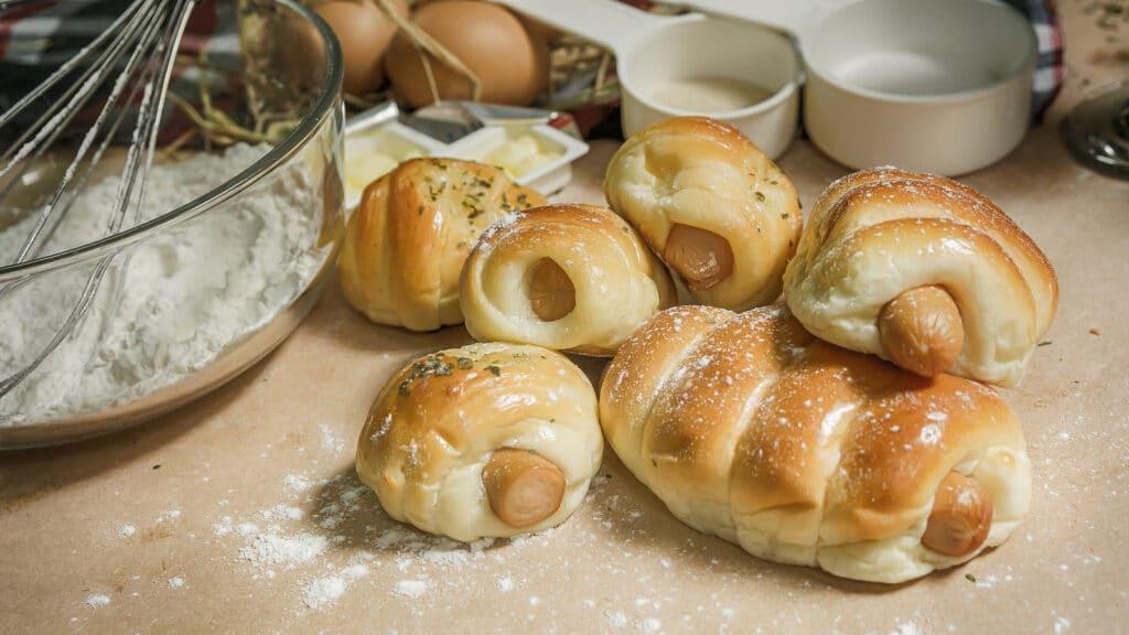 Фото рецепта - Сосиски в дрожжевом тесте (булочки) - шаг 6