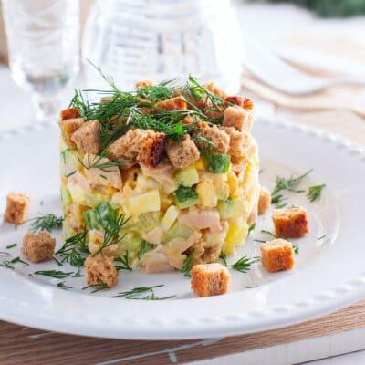 Сытный салат с ветчиной и сухариками - рецепт с фото
