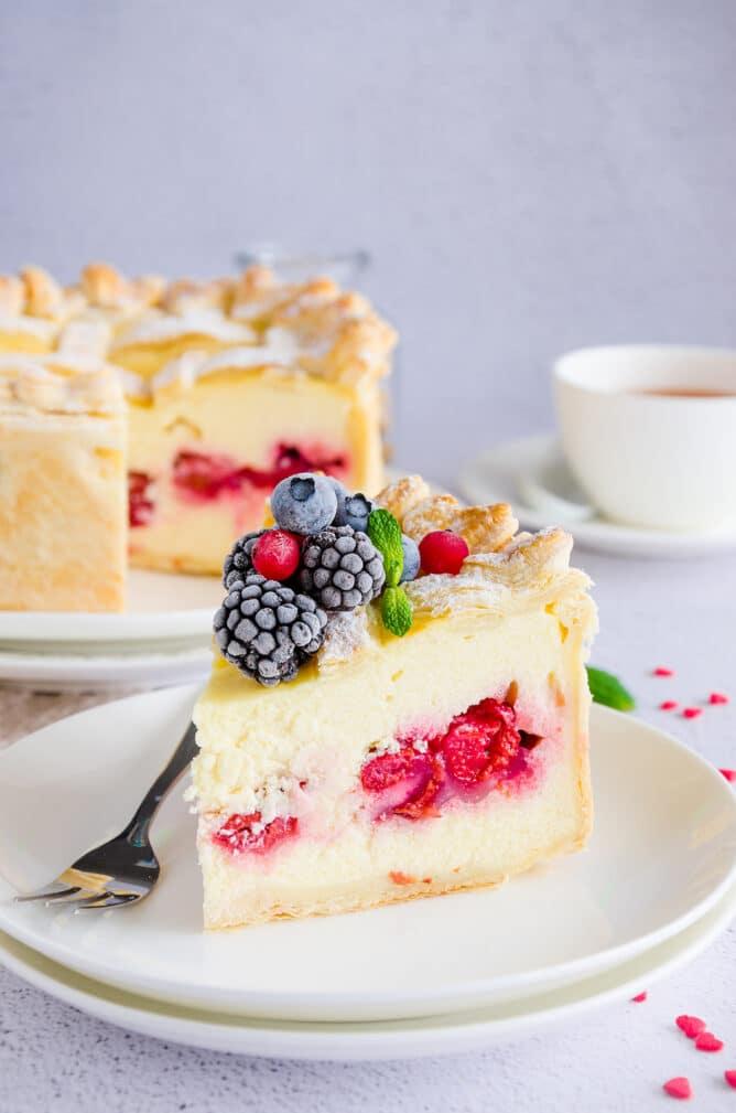Фото рецепта - Торт из слоеного теста с сыром и вишней - шаг 6