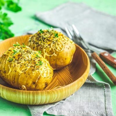 Запеченная картошка с сыром и зеленым луком