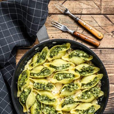 Запеченные ракушки, фаршированные шпинатом и сыром