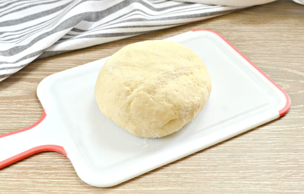 Фото рецепта - Пицца на творожном тесте с колбасой и помидорами - шаг 1