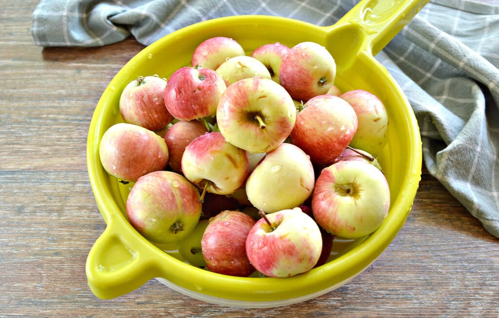 Фото рецепта - Яблочный компот в кастрюле - шаг 1
