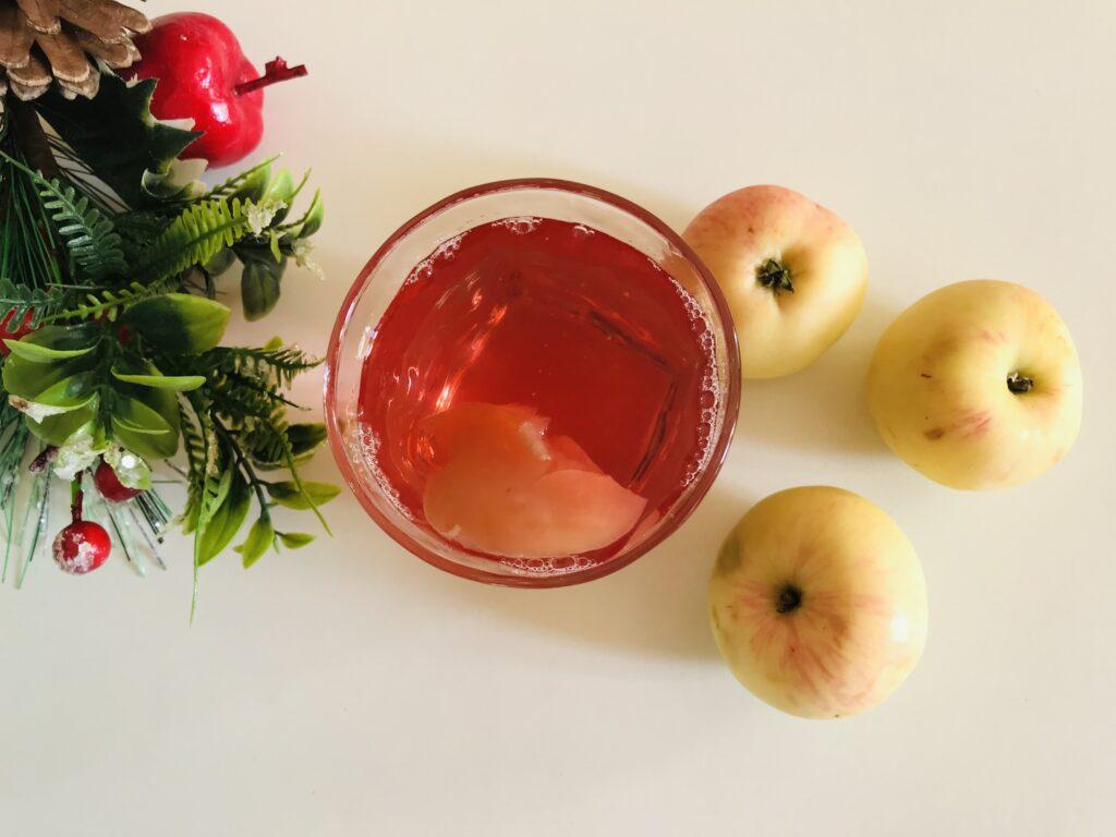Фото рецепта - Вкусный компот из свежих яблок и ягод - шаг 5