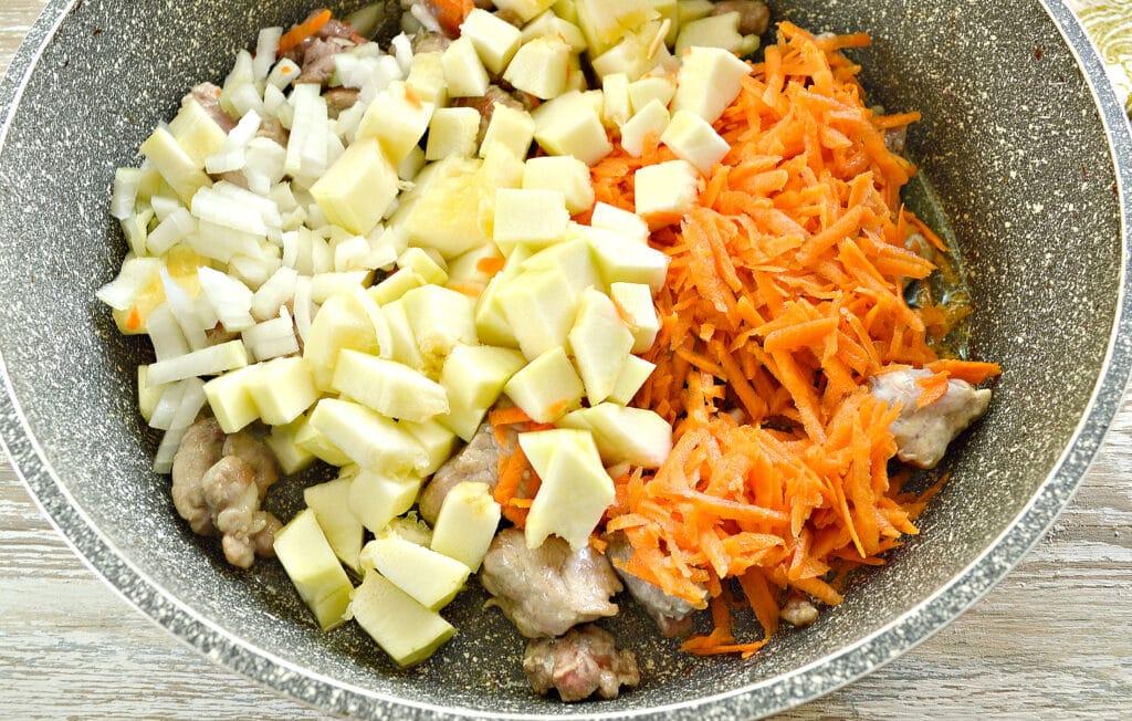 Фото рецепта - Картофель тушеный со свининой и овощами - шаг 2