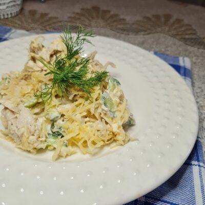 Салат из куриной грудки с жареными грибами - рецепт с фото