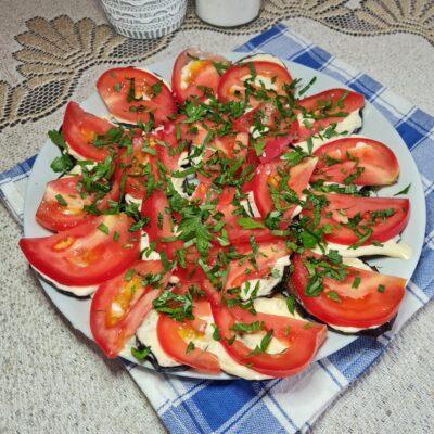 Жареные баклажаны с помидором и зеленью - рецепт с фото