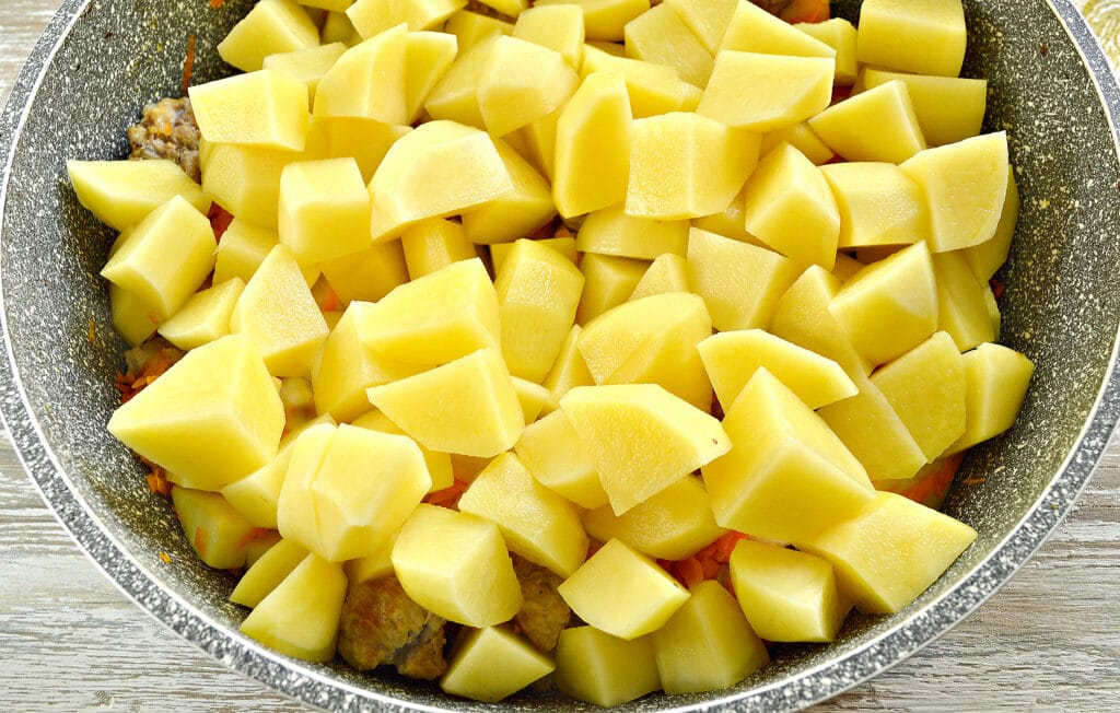 Фото рецепта - Картофель тушеный со свининой и овощами - шаг 3