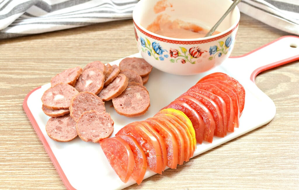 Фото рецепта - Пицца на творожном тесте с колбасой и помидорами - шаг 3