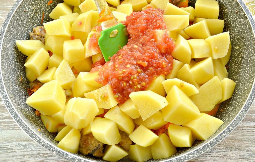 Фото рецепта - Картофель тушеный со свининой и овощами - шаг 4