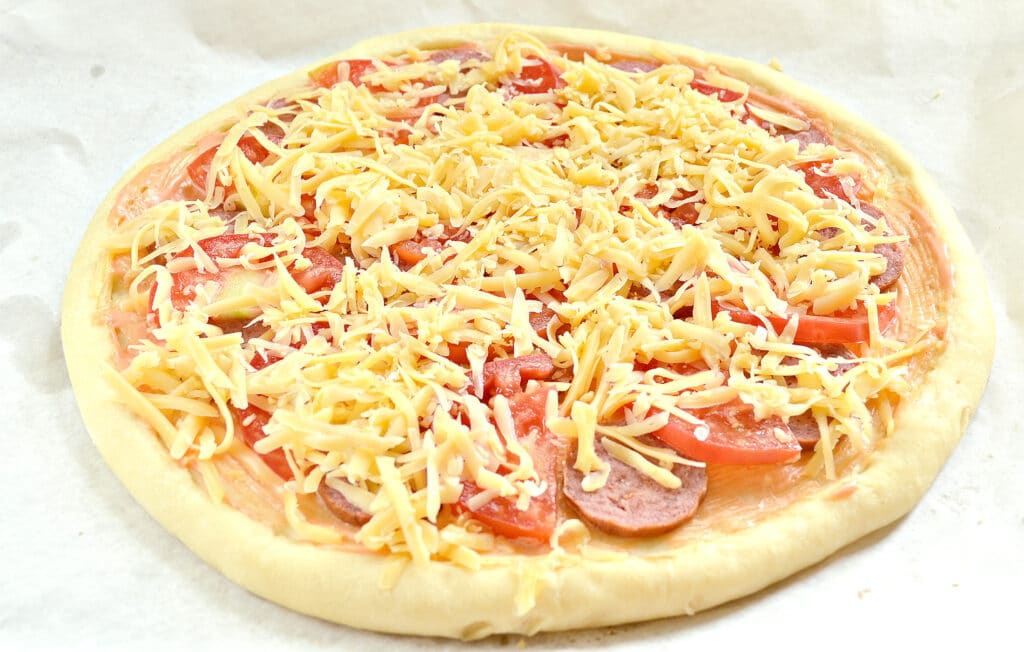 Фото рецепта - Пицца на творожном тесте с колбасой и помидорами - шаг 5