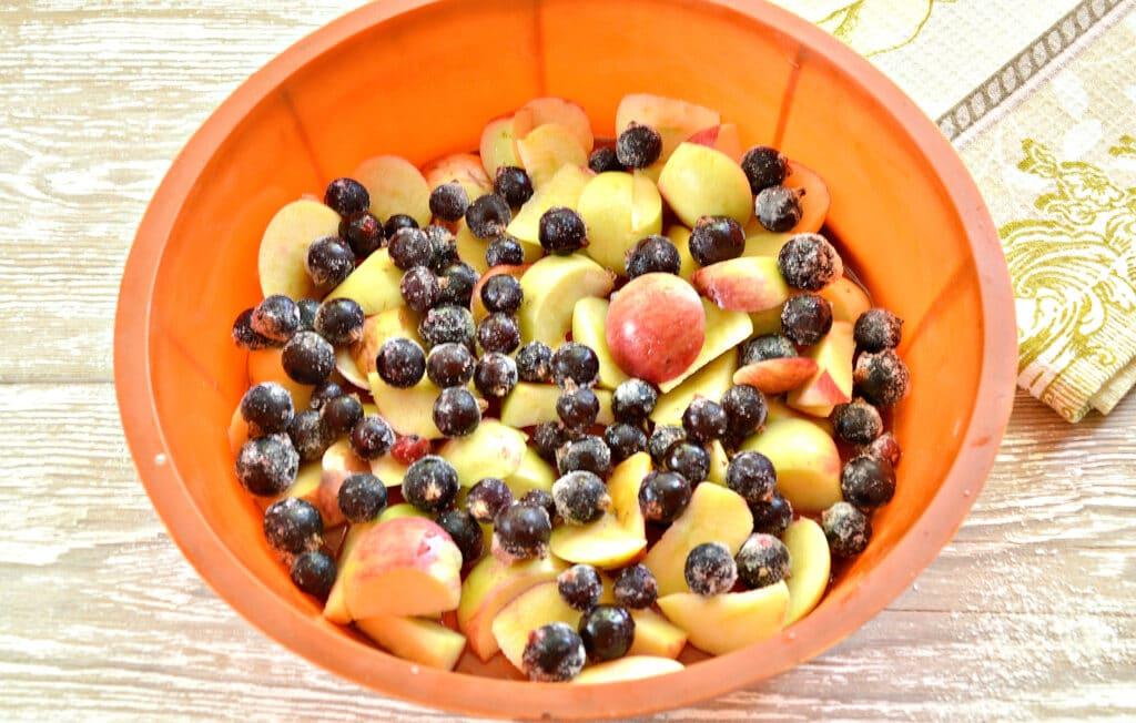 Фото рецепта - Шарлотка с яблочно-ягодным ассорти - шаг 5