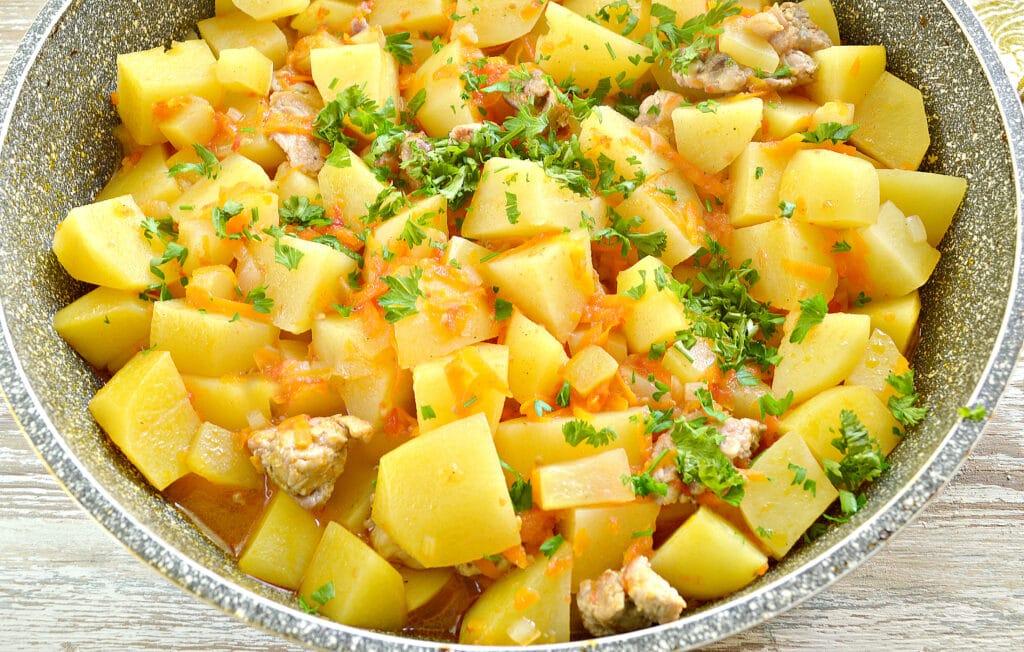 Фото рецепта - Картофель тушеный со свининой и овощами - шаг 6