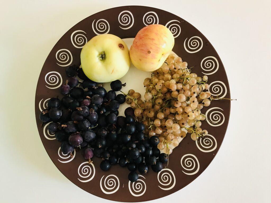 Фото рецепта - Вкусный компот из свежих яблок и ягод - шаг 1