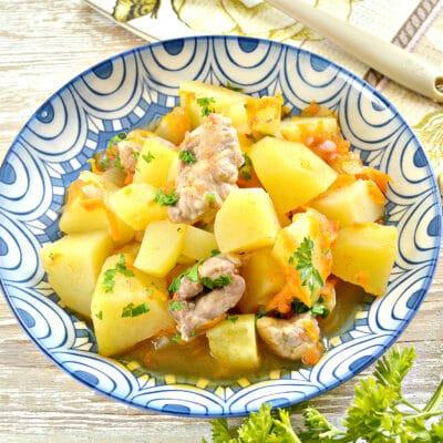 Картофель тушеный со свининой и овощами - рецепт с фото